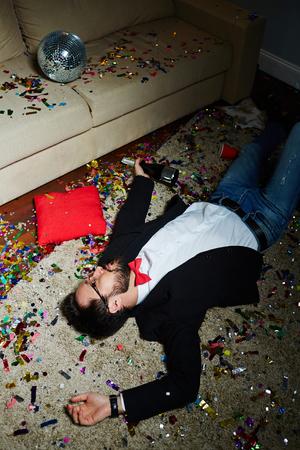 와일드 파티 후 낮잠을 자다. 스톡 콘텐츠