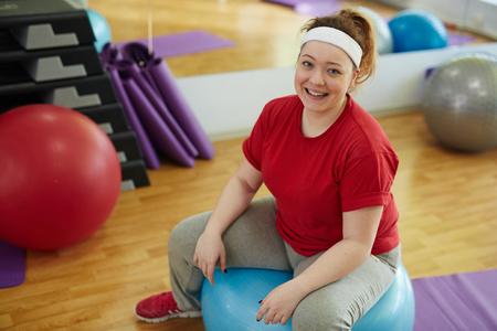 Vrolijke Vette Vrouw In Fitness Studio Stockfoto