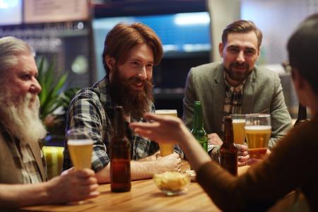 grupo de hombres: Hombres en pub Foto de archivo