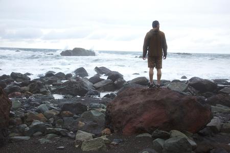persona viajando: Viewing ocean from rock