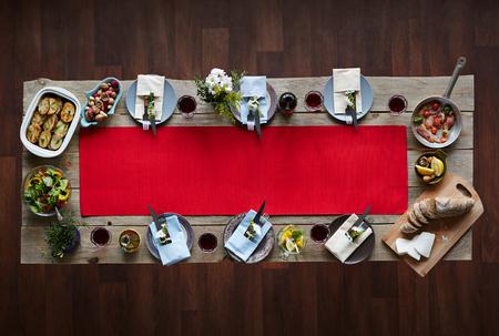 夕食のための自家製料理でテーブルを提供しています