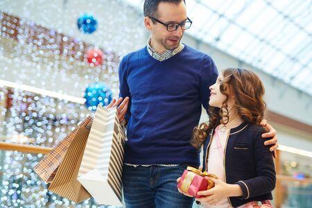 娘とショッピング 写真素材