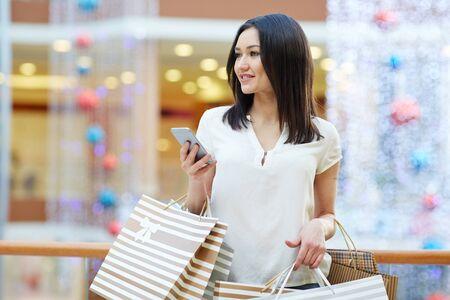 persona feliz: Comprador con el teléfono inteligente