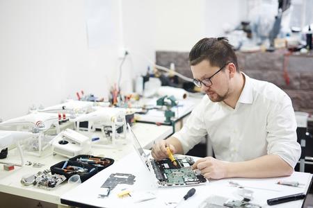 Prodigy: Modern Prodigy Disassembling Electronics Zdjęcie Seryjne