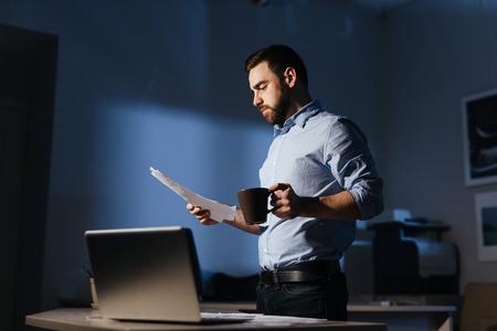 Hombre de negocios, trabajando, documentos, tarde, noche