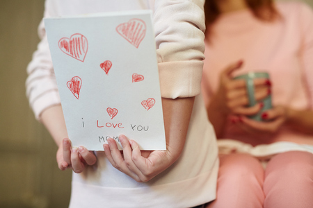 mama e hija: tarjeta de ocultar Foto de archivo