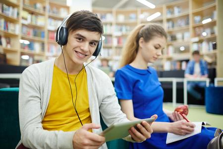Los estudiantes que trabajan en biblioteca Foto de archivo