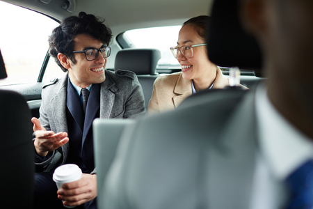 ビジネス人々 は車の後部座席でチャット