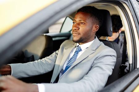 Homme d'affaires africain de conduite de voiture Banque d'images - 75333548