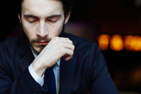 Hombre de negocios guapo con los ojos cerrados Foto de archivo - 75679518
