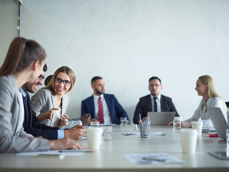 会社の会議室で会議
