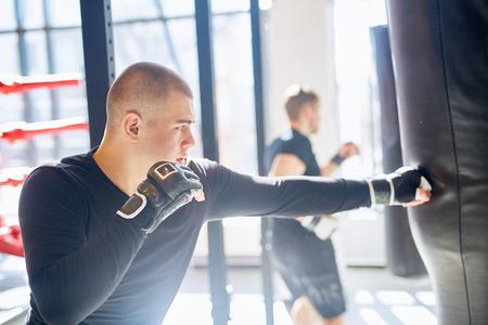ボクシング クラブの若い運動選手のトレーニング 写真素材