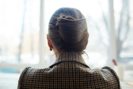 Vista posterior de la mujer elegante