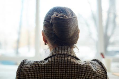 vue arrière de la femme élégante
