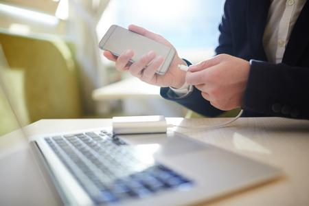 Beschäftigter Unternehmer, der im Cybercafé arbeitet Standard-Bild - 77350463