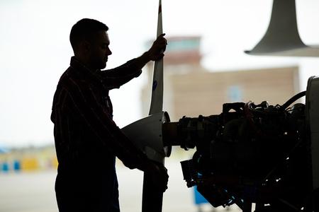 격납고의 비행기 정비공 조립 비행기