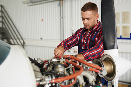 Vliegtuig onderhoud engineer reparatie motor