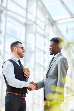 Zakenman die Internationale Partner begroet Stockfoto