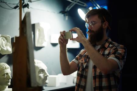 現代アーティストが彼の傑作を撮影