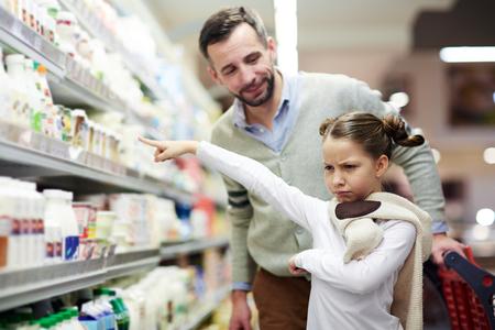 小さな女の子がミルクをほしがる