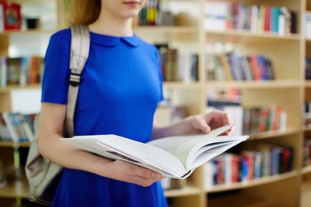 libros abiertos: Estudiante en vestido azul celebración libro abierto
