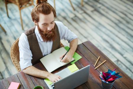 Moderne werkplaats voor creatieve zakenman