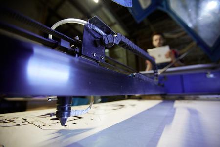 공장 워크샵의 레이저 커팅 머신 스톡 콘텐츠