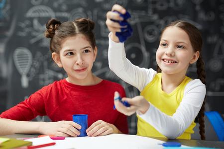 아트 클래스의 클레이 모델링을하는 어린 소녀들