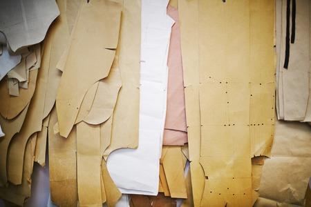 재단사 스튜디오에서 벽에 많은 종이 패턴의 배경 샷