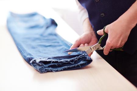 切削の古いジーンズを合わせてください。