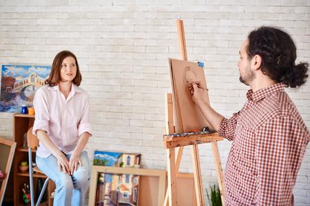 아티스트 드로잉 아트 - 스튜디오에서 아름다운 모델의 초상화 스톡 콘텐츠