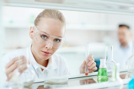 ラボで美しい女性科学者
