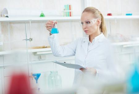 試験管で実験室で働く美しい女性
