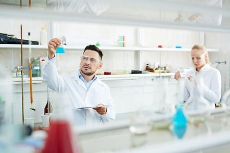 化学研究所で働く科学者のチーム