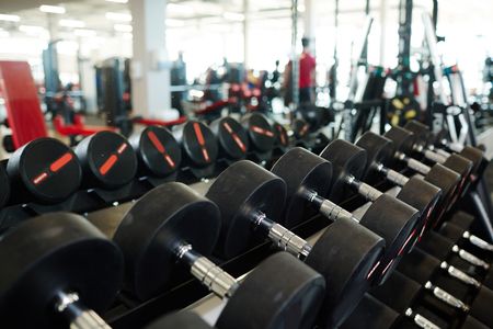 Rij van zware halters in Gym