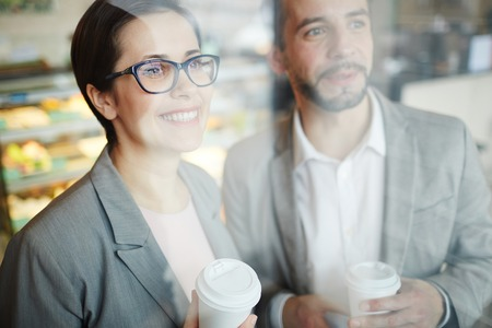 Glimlachende zakenmensen op Break in Coffee Shop