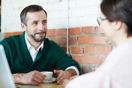 Volwassen Man en Vrouw Chatten In Café Over Koffie Stockfoto - 80530851
