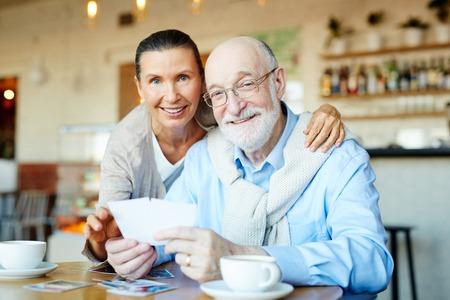 familia abrazo: Abuelos cariñosos