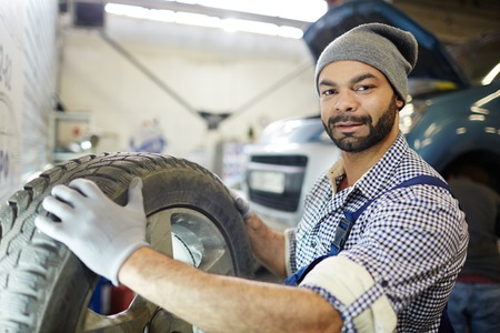 타이어 교환 기술자 스톡 콘텐츠