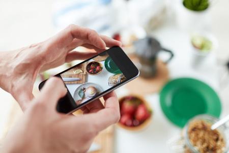 Coup de Smartphone de nourriture sur la table
