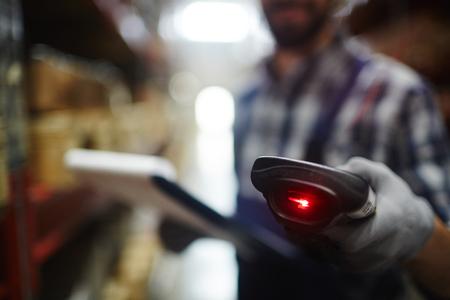 재고의 일을 인식 할 수없는 창고 작업자의 손에 바코드 판독기의 근접 촬영