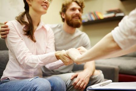 Couple tenant les mains avec un psychiatre Banque d'images - 83186842