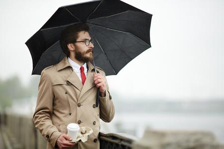 우산을 든 남자