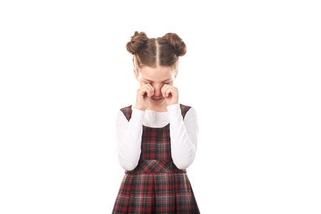 Portrait d & # 39 ; une jolie fille en uniforme scolaire pleurer sur fond blanc Banque d'images - 83318436