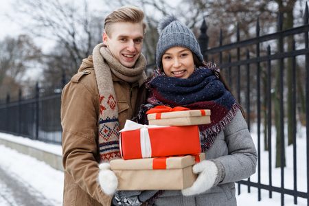 Couple with gifts Imagens - 83461187