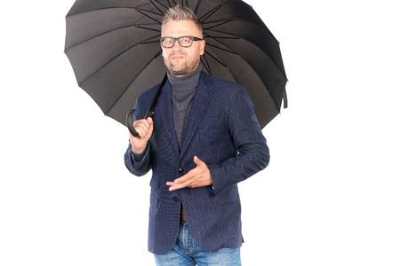 開いている黒い傘を保持しているエレガントな中年男の肖像