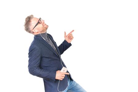 眼鏡イヤホンを通じてスマート フォンで音楽を聴くことで中間の成人男性 写真素材