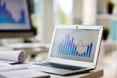 경제인의 직장에서 자사의 디스플레이에 차트와 노트북