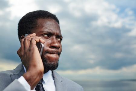 Praat door de smartphone Stockfoto