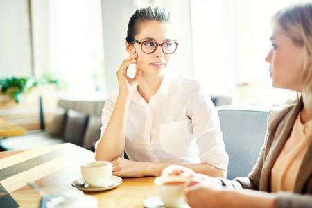 Onderhandelingen voeren met Business Partner Stockfoto - 85268540